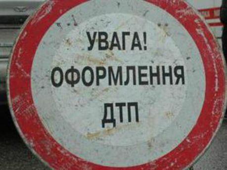 ДТП у Севастополі: вантажівка врізалась у легковик і перекинулась (Відео)