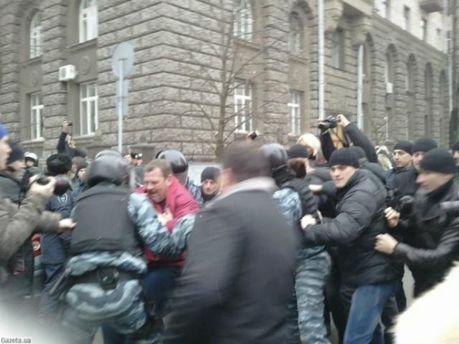 Возле Администрации Президента задержали 3 активистов (Фото)