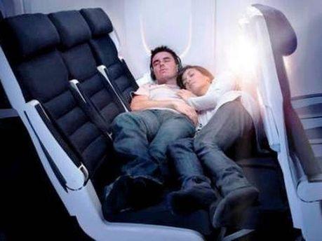 Влюбленные на борту самолета