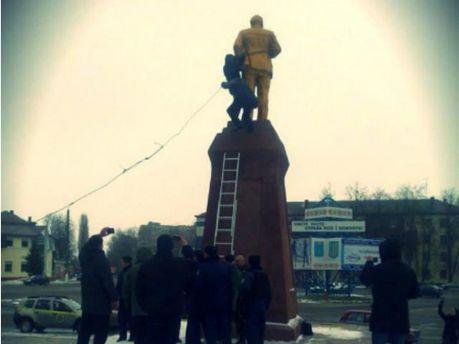 Зруйнували пам'ятник Леніну