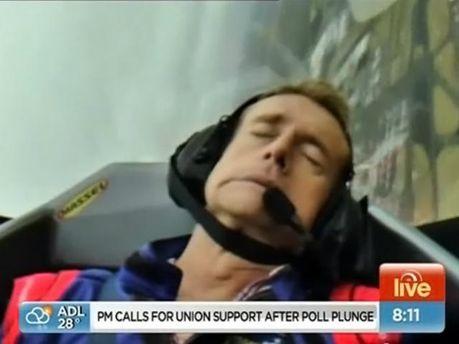 Австралийский журналист потерял сознание в прямом эфире в кабине самолета (Видео)