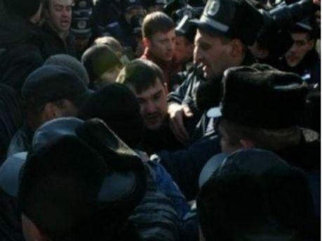 Через знесений пам'ятник Леніну побилися свободівці з комуністами та міліцією (Відео)