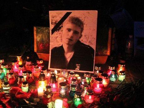Свечи и цветы возле фото погибшего студента