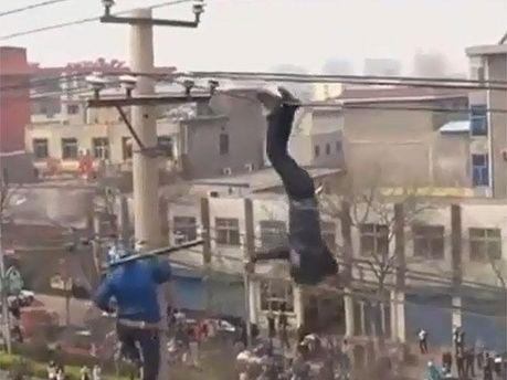 Пьяный китаец завис на высоковольтных проводах (Видео)