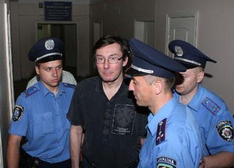 Луценко в окружении правоохранителей
