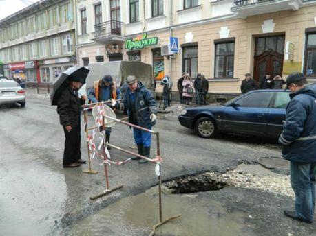 У центрі Тернополя провалився асфальт (Фото. Відео)