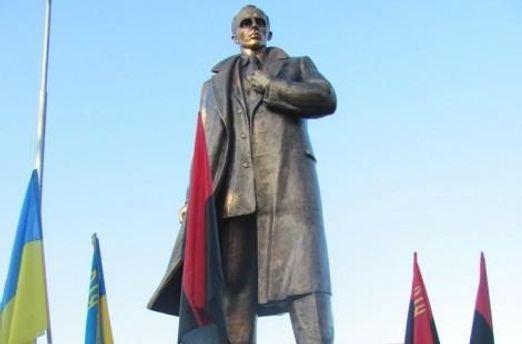 Пам'ятник Бандері