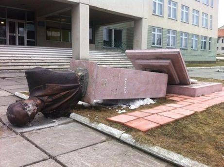 Разрушенный памятник в Великоселках