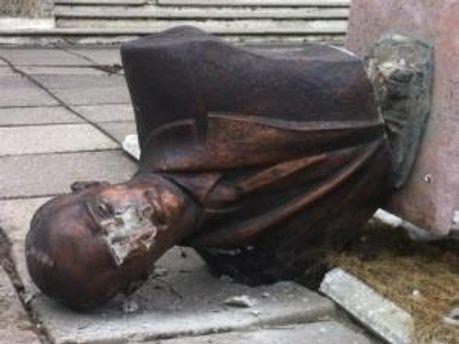 Зруйнований пам'ятник Бандері