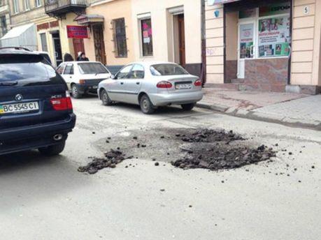 Во Львове ямы на дорогах засыпают сухим асфальтом (Фото)
