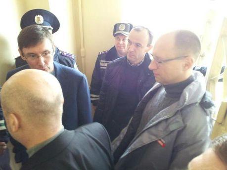 Яценюк, Турчинов и Луценко приехали к Тимошенко в больницу (Фото)