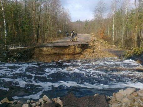 На Житомирщині розмило дорогу районного значення (Фото)