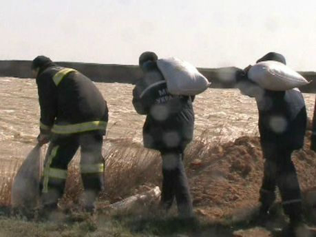 В Крыму на озере Сасык-Сиваш размыло дамбу (Фото)