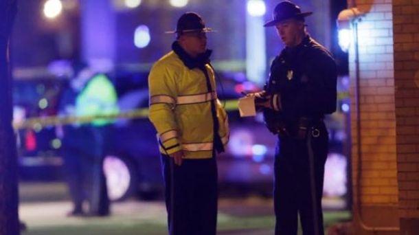 Полицейские на месте происшествия возле общежития