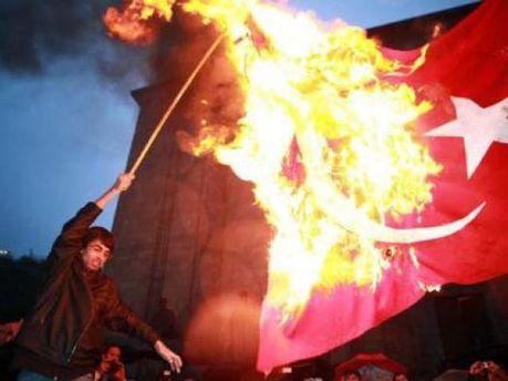 Армяне сожгли флаг Турции