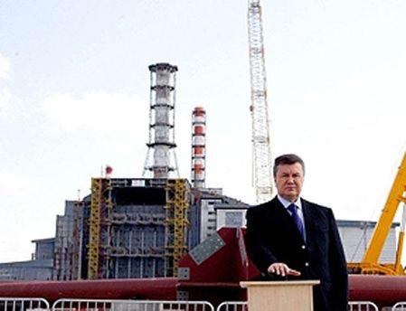 Виктор Янукович во время прошлогоднего визита на ЧАЭС
