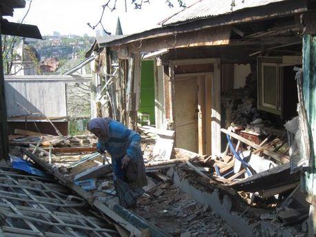 Мама Москаленко на руїнах їхнього дому