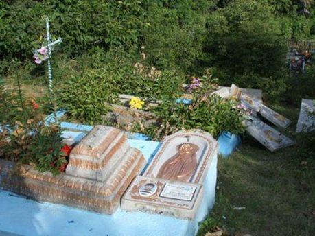 Изувеченные надгробия