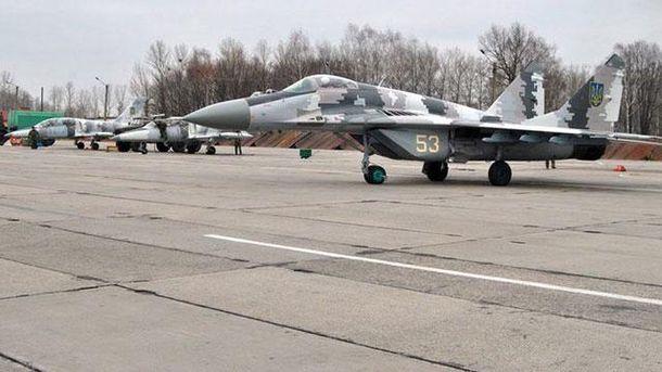 Літак на військовому аеродромі