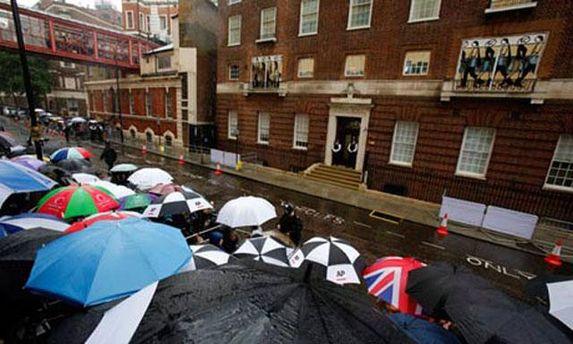 Люди чекають під лікарнею, звідки вийдуть герцог та герцогиня Кембриджські з принцом