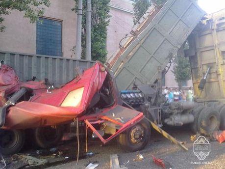 """В Одесі водій заснув за кермом і влетів у """"КамАЗ"""""""