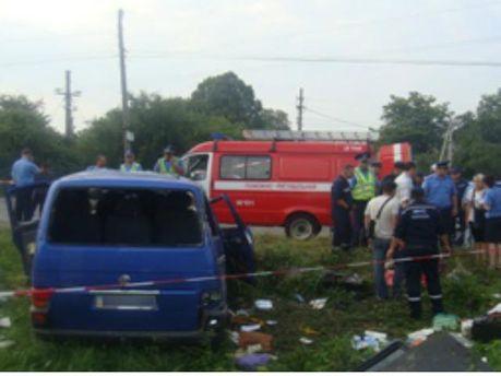 У Чернівцях автомобіль зіштовхнувся з потягом. Одна людина загинула