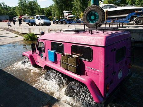 Розовый броневик