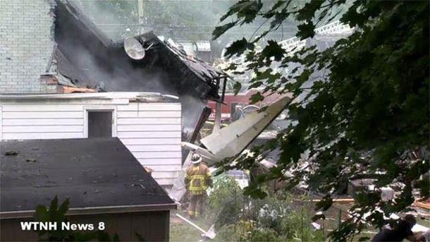 Будинки в Твід Нью Хейвен, на які впав літак