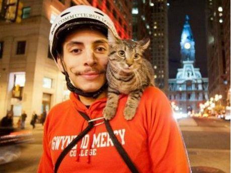 Американский велосипедист путешествует с котом (Видео)