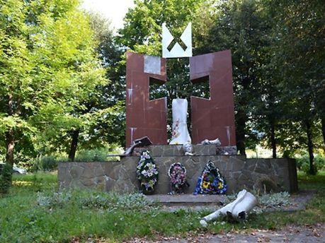 Зруйнований пам'ятник УПА