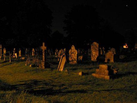 Чоловік викопав батька на кладовищі