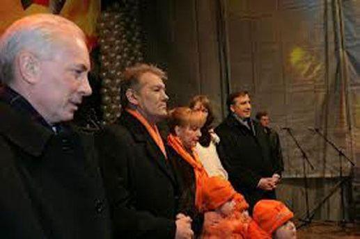 Николай Азаров на сцене Майдана в 2004-м