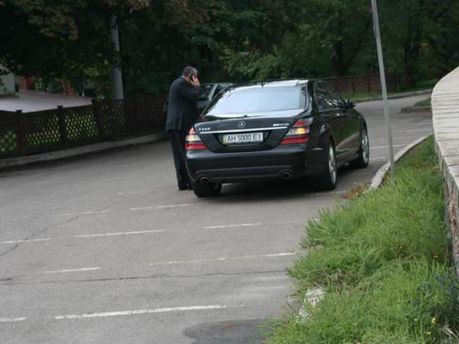 Припаркованный Mercedes
