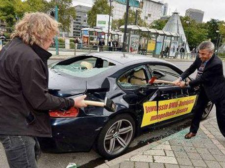 Невдоволений клієнт розбив спорткар сокирою