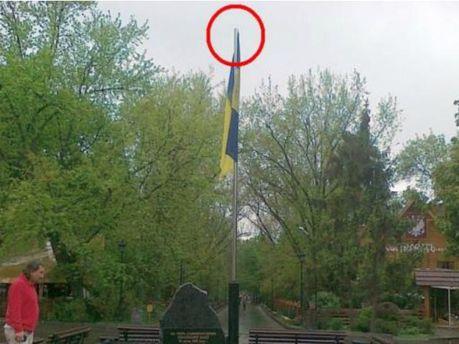 Хулиганы не первый раз снимают тризуб с флагштока в центре Харькова
