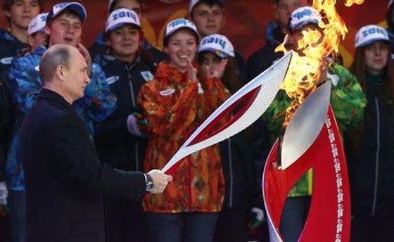 Путін запалює факел