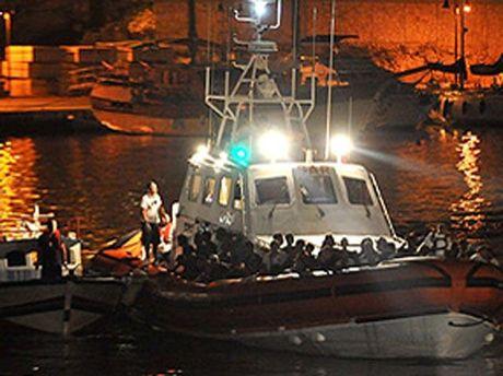 Спасатели помогают пострадавшим