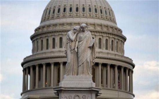 Статуя перед Сенатом США