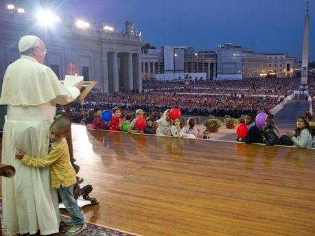 Папа Римський і хлопчик під час меси
