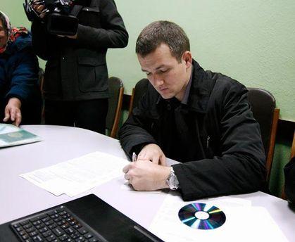 Юрій Левченко пише заяву у ГПУ