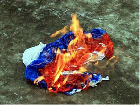 Сожгли российский флаг