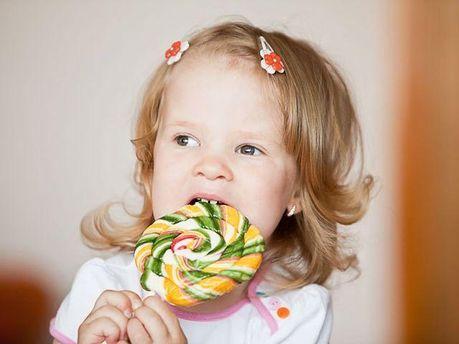 Дівчинка з цукеркою