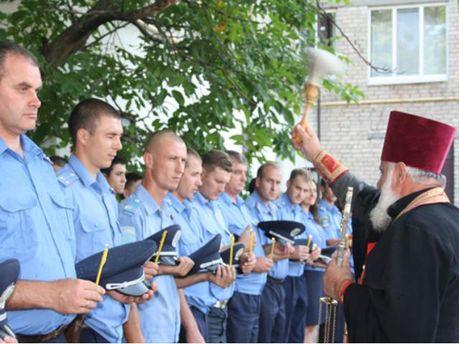 Священник окропил милиционеров