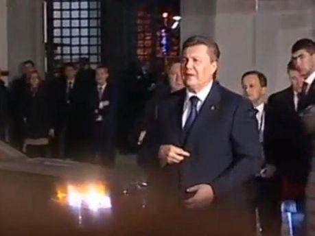 Янукович в окружении охранников: Настроение нормальное (Видео)