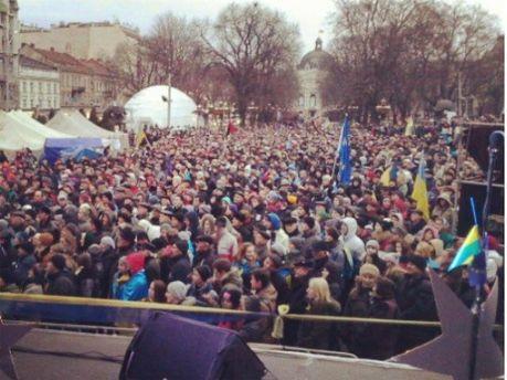 На Євромайдані у Львові зібралося близько 7 тисяч людей