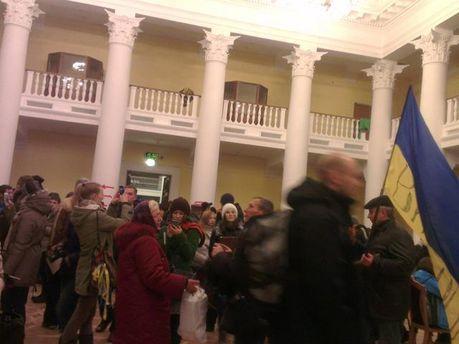 Митингующие в помещении КГГА