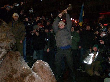 Знищення поваленого Леніна