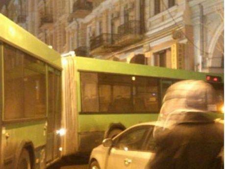 Автобус, перевозивший правоохранителей