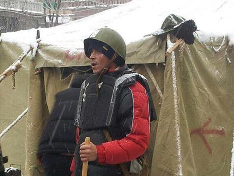 Активист в самодельном бронежилете