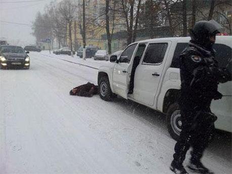 Люди сдерживают силовиков в Василькове